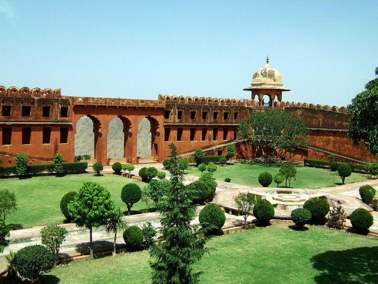 1200px-Rajasthan-Jaipur-Jaigarh-Fort-compound-Apr-2004-00